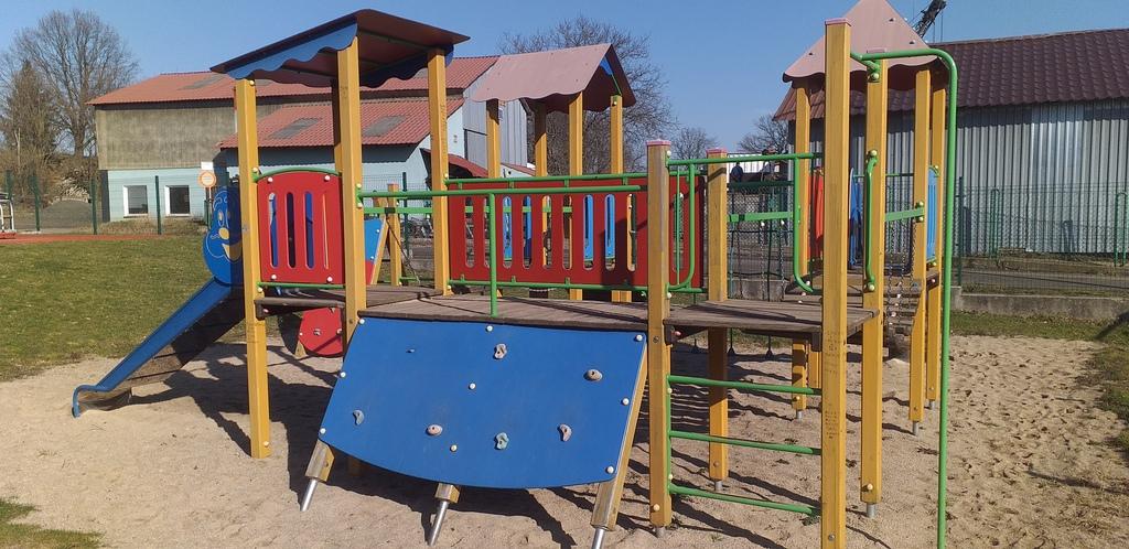 Boiska wielofunkcyjne i place zabaw znów otwarte